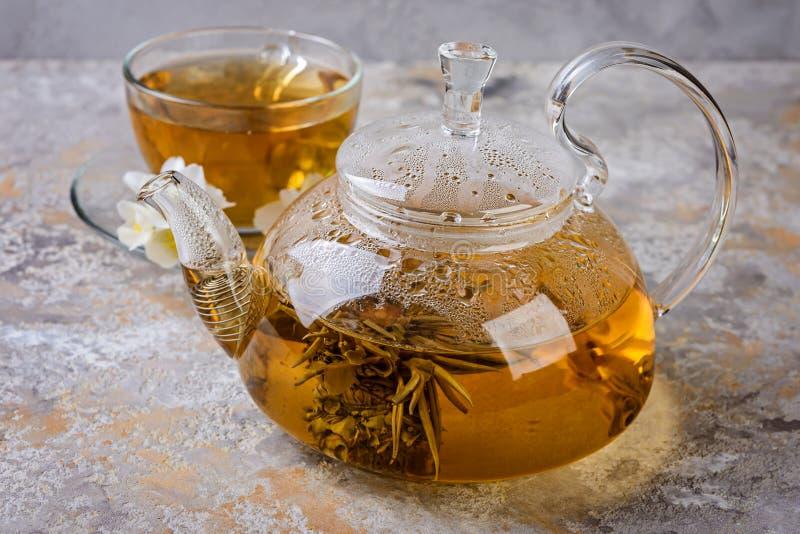 De thee van de jasmijn met jasmijnbloemen royalty-vrije stock foto's