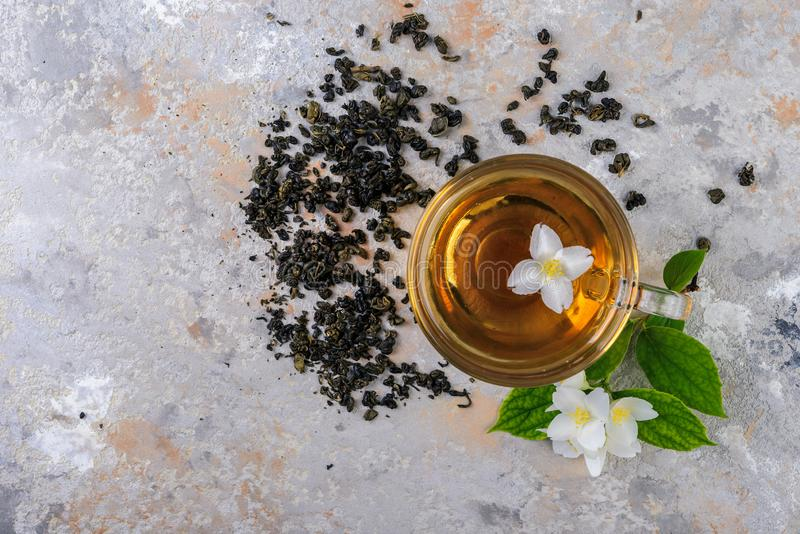 De thee van de jasmijn met jasmijnbloemen royalty-vrije stock afbeeldingen