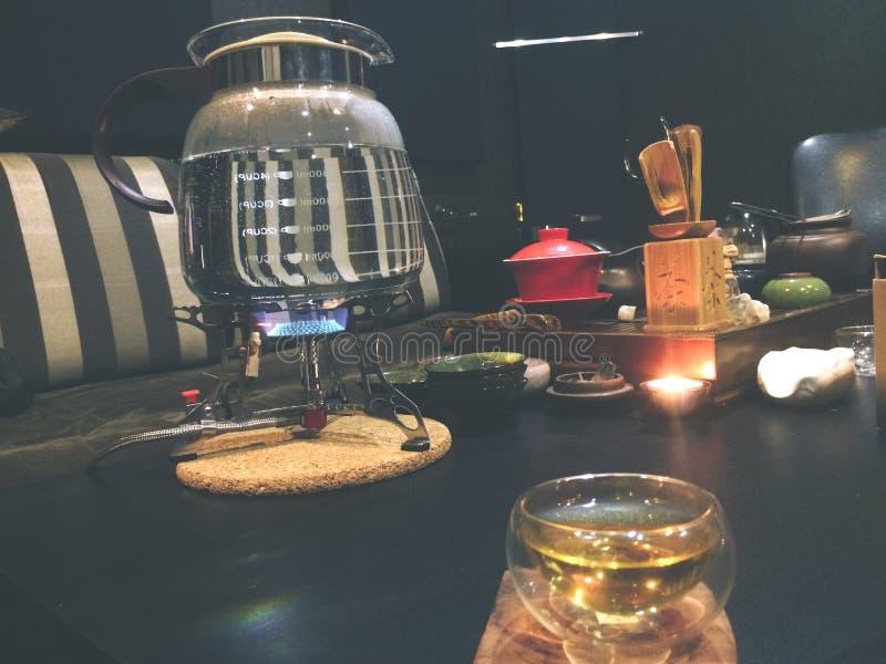 De theeceremonie, kleine glaskop die, thee lu brouwen u royalty-vrije stock afbeelding