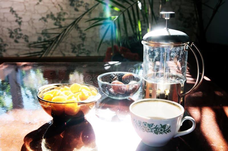 De theetijd plaatste op lijst: kop, theepot en schotels: droge abrikozen en data Ruwe levensstijl, Arabische traditioneel royalty-vrije stock afbeeldingen