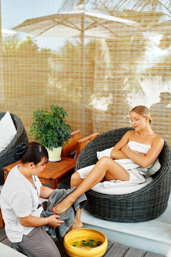 De Therapie van de kuuroordvoet De Behandeling van de vrouwenlichaamsverzorging massage De zorg van de huid stock foto