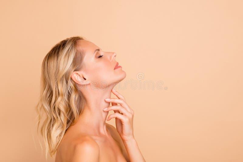 De therapie van de kuuroordbehandeling Glanst het portret van het profiel zijaanzicht van aantrekkelijke wavy-haired dame met per royalty-vrije stock afbeeldingen