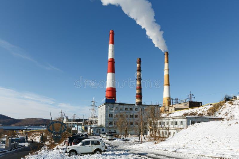 De thermo-elektrische krachtcentrale van Kamchatka met rokende pijpen stock afbeeldingen