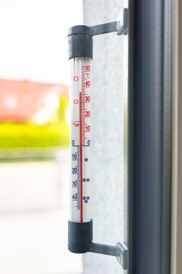 De thermometer buiten het venster toont zeer op hoge temperatuur bij de zomer stock foto's