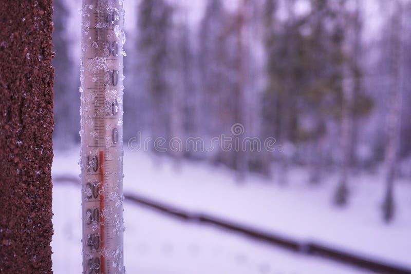 De thermometer op een koude dag of hete dag meet de temperatuur Analoge thermometer stock foto