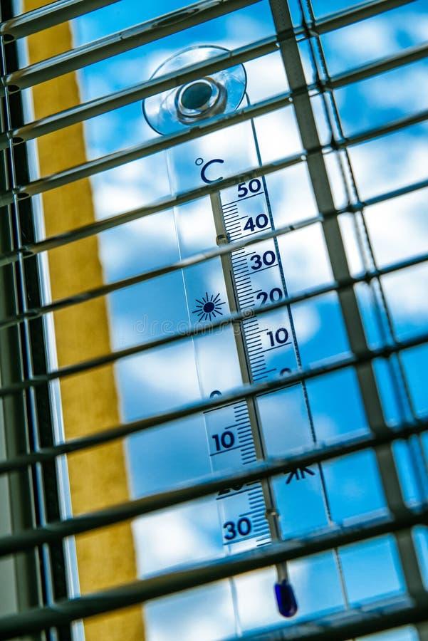De thermometer toont op hoge temperatuur stock fotografie