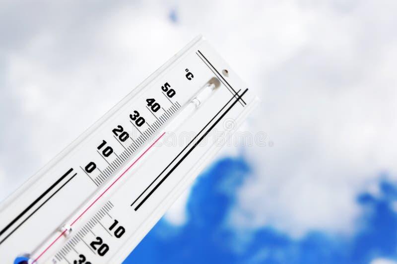 De thermometer toont op hoge temperatuur stock afbeelding