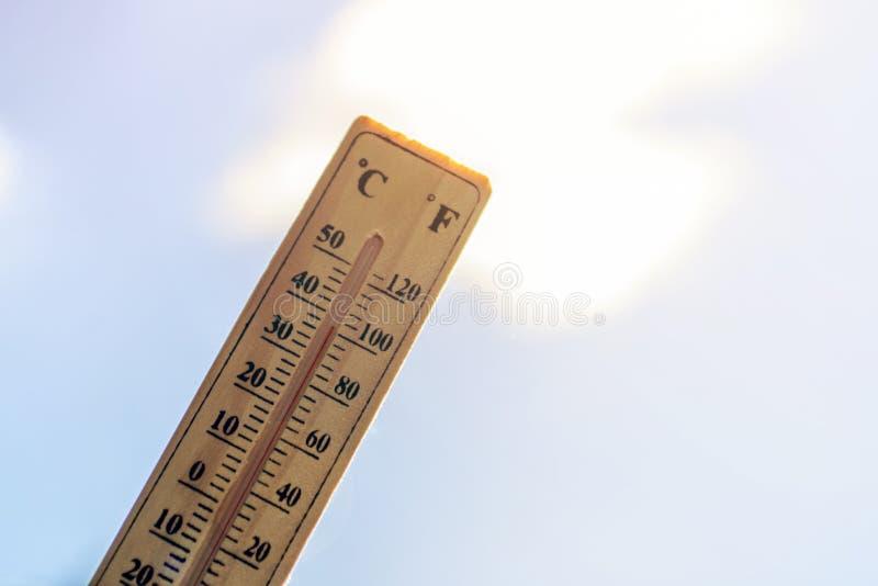 De thermometer toont op hoge temperatuur tegen de blauwe hemel royalty-vrije stock foto's