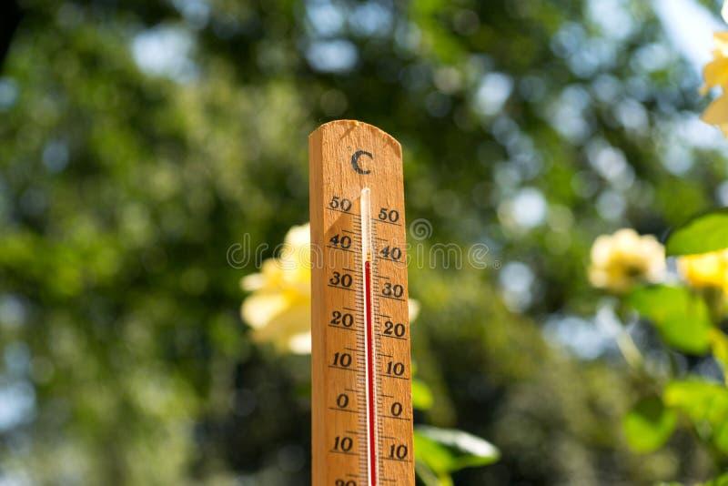 De thermometer toont op hoge temperatuur in de zomer stock afbeelding