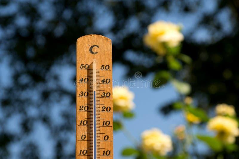 De thermometer toont op hoge temperatuur in de zomer stock foto's