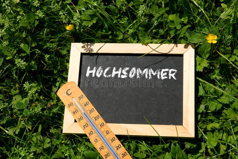 De thermometer toont op hoge temperatuur in de zomer stock afbeeldingen