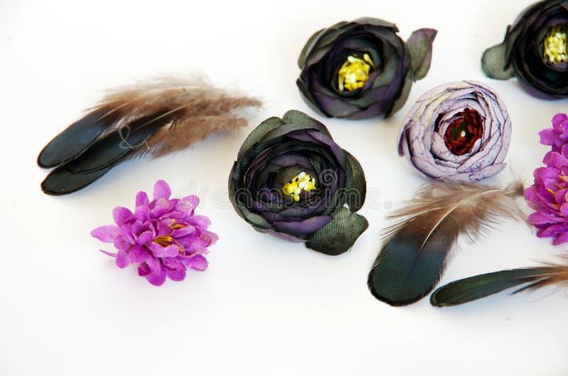 De tiara met bloemen en de veren doen het zelf stock foto