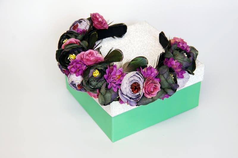 De tiara met bloemen en de veren doen het zelf stock afbeeldingen