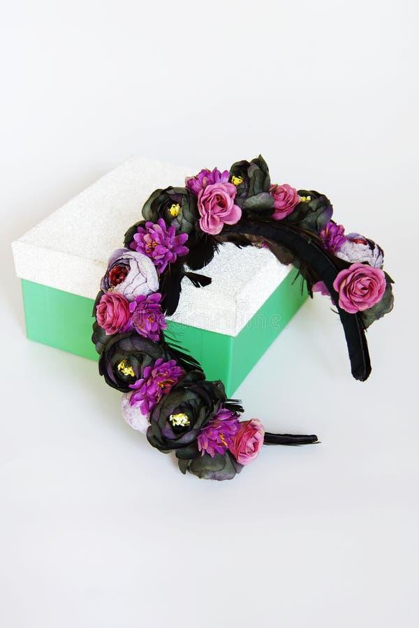 De tiara met bloemen en de veren doen het zelf royalty-vrije stock foto