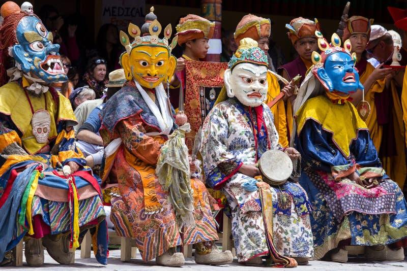 De Tibetaanse boeddhistische lama's kleedden zich op tijd in de mystieke geheimzinnigheid van Tsam van de maskerdans van het fest royalty-vrije stock foto