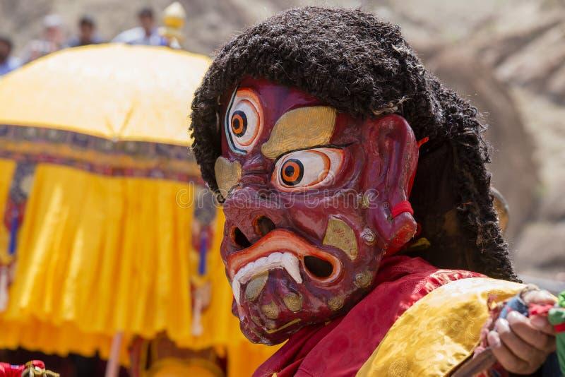De Tibetaanse lama's kleedden zich op tijd in de mystieke geheimzinnigheid van Tsam van de maskerdans van boeddhistisch festival  stock afbeeldingen