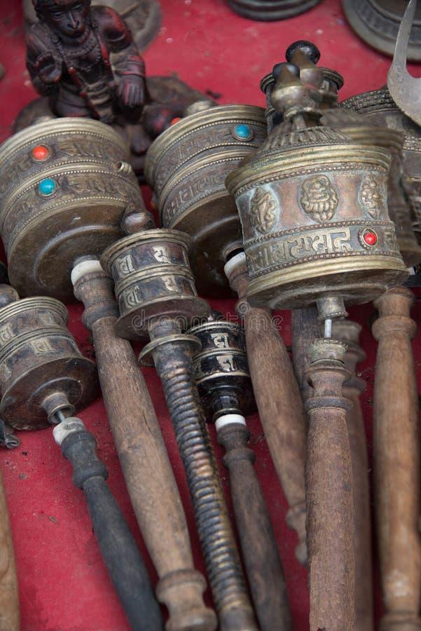 De Tibetaanse wielen van het Handgebed cilindrisch met houten handvatten geassorteerde stijlen stock fotografie