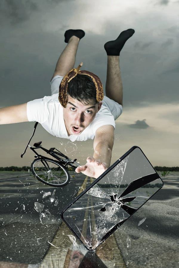 De tiener heeft een ongeval met fiets en het vliegen na verbrijzeld sm royalty-vrije stock foto