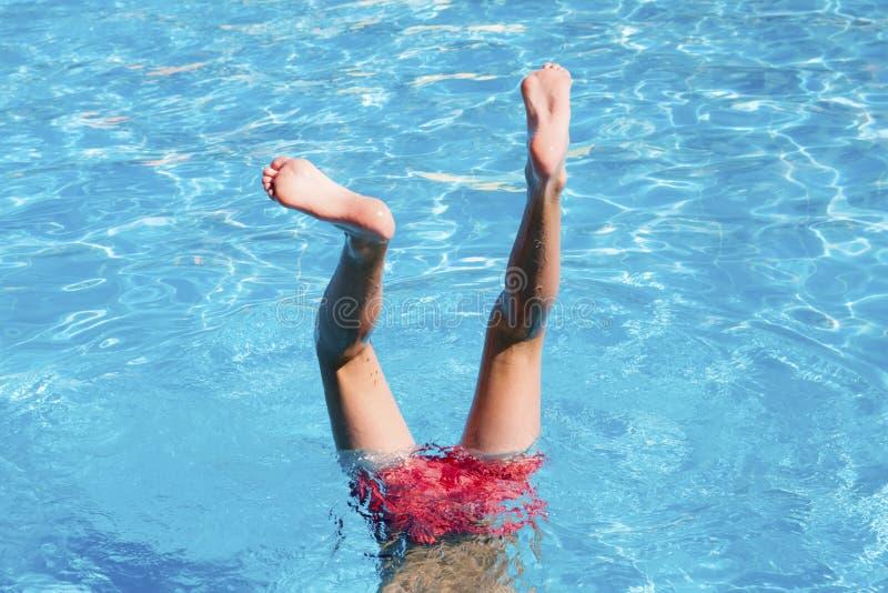 De tiener heeft pret in pool stock foto