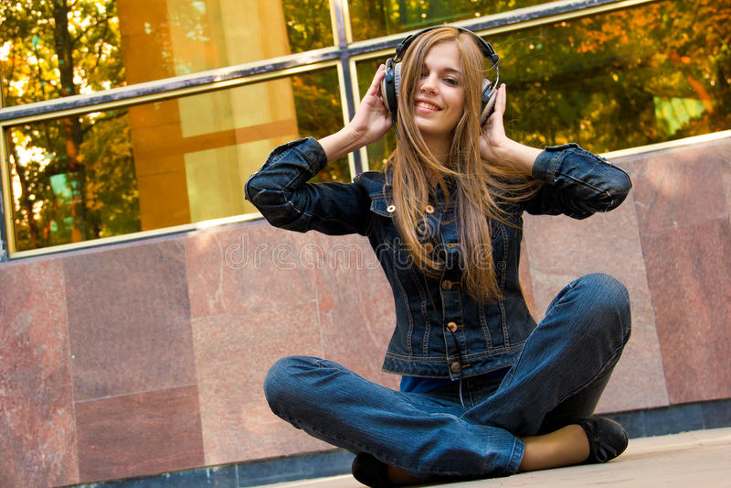 De tiener luistert aan oortelefoons royalty-vrije stock fotografie