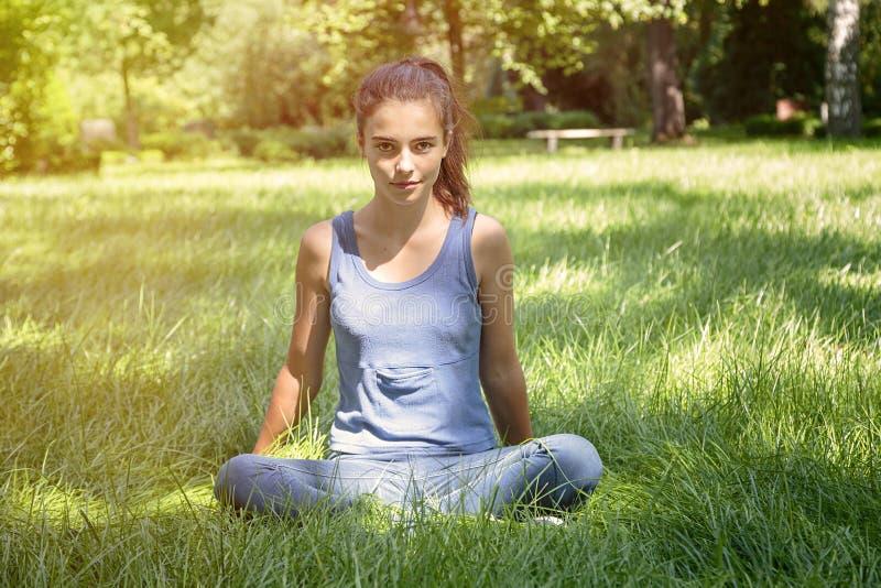 De tiener mediteert in aard royalty-vrije stock fotografie