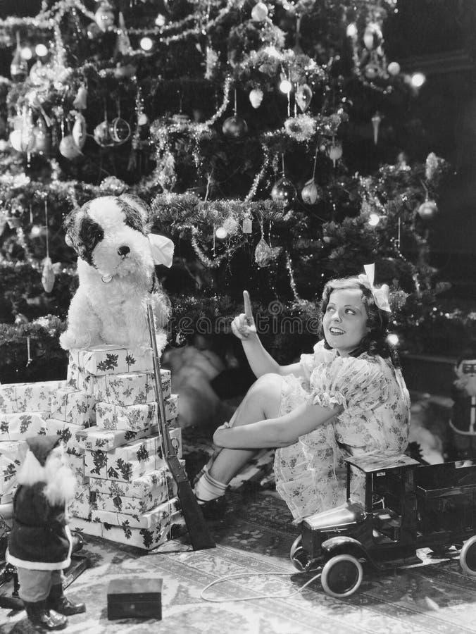 De tiener met stelt onder Kerstboom voor (Alle afgeschilderde personen leven niet langer en geen landgoed bestaat Leverancierswar royalty-vrije stock afbeelding