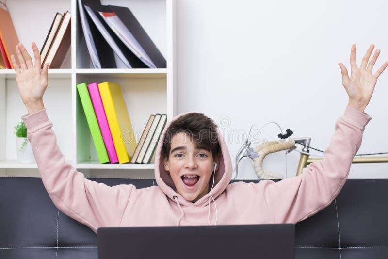 De tiener of preteen met computer royalty-vrije stock afbeelding