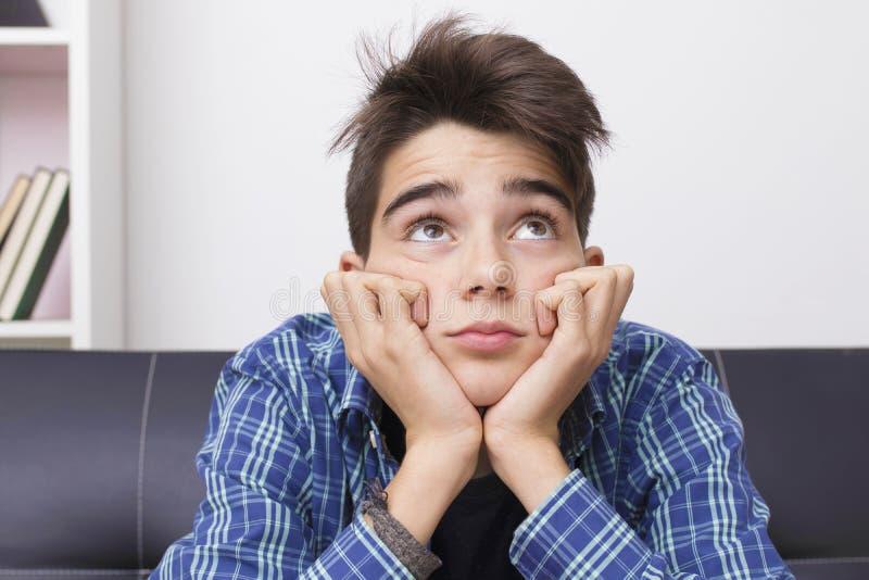 De tiener of preteen met een uitdrukking van verveling of vermoeidheid royalty-vrije stock afbeeldingen