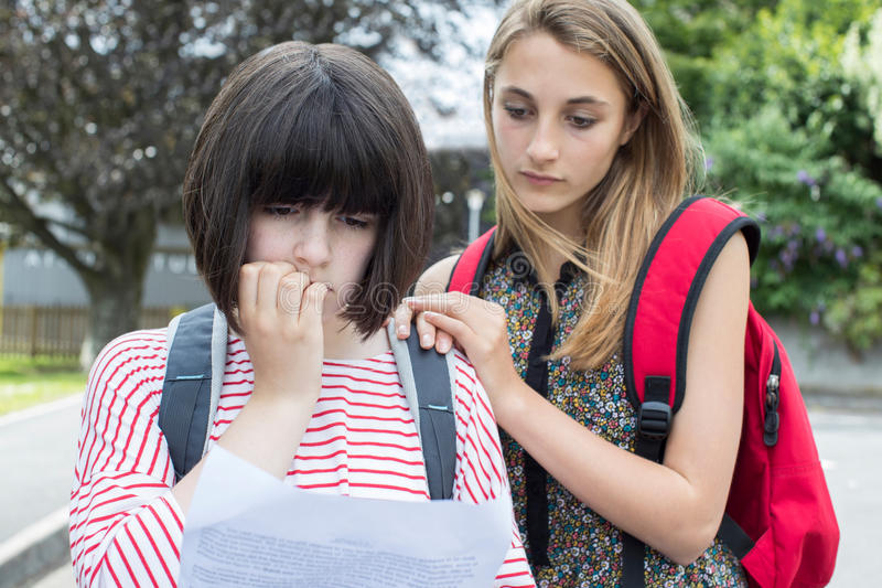 De tiener troost Vriend over Slecht Examenresultaat royalty-vrije stock foto