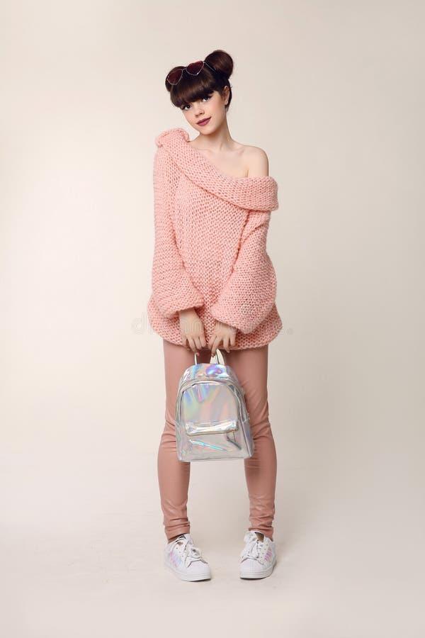 De tiener van de manierstijl kijkt Het modieuze jonge meisje draagt in wol sw royalty-vrije stock foto's