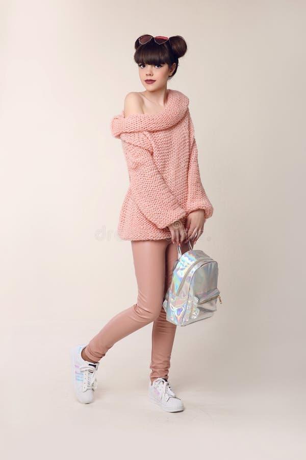 De tiener van de manierstijl kijkt Het modieuze jonge meisje draagt in wol sw stock afbeeldingen
