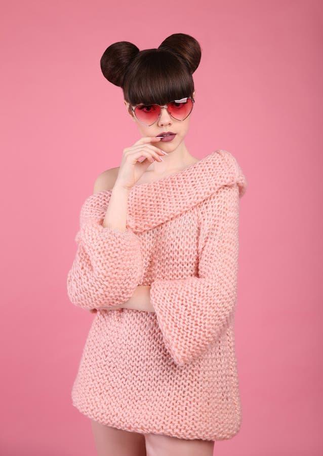 De tiener van de manierstudio kijkt stijl in gebreide sweater Modieus y royalty-vrije stock foto's