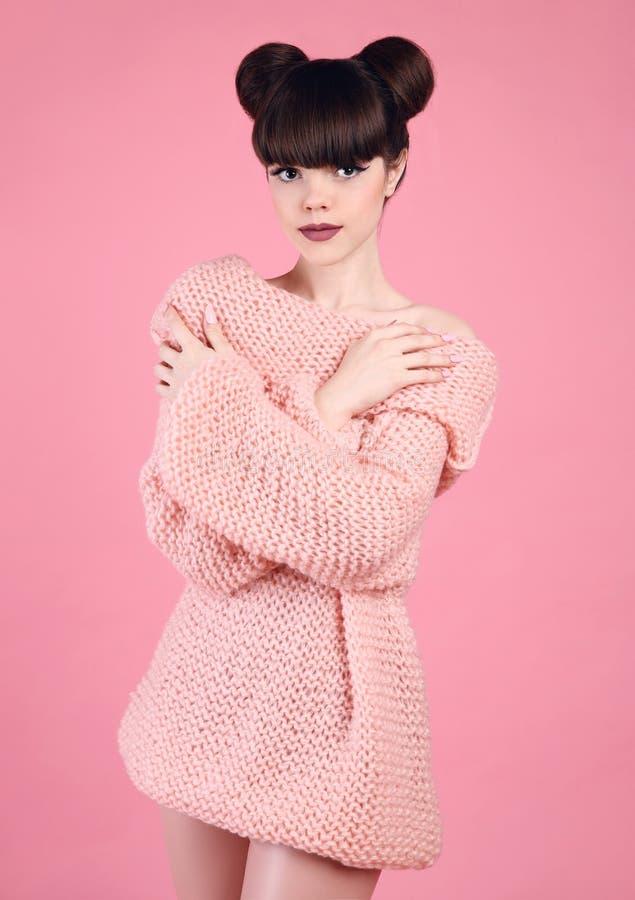 De tiener van de manierstudio kijkt stijl over roze Modieus jong meisje royalty-vrije stock afbeeldingen