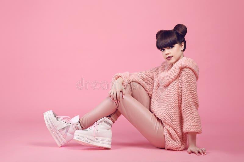 De tiener van de manierstudio kijkt stijl in schoenen Modieus jong meisje stock fotografie