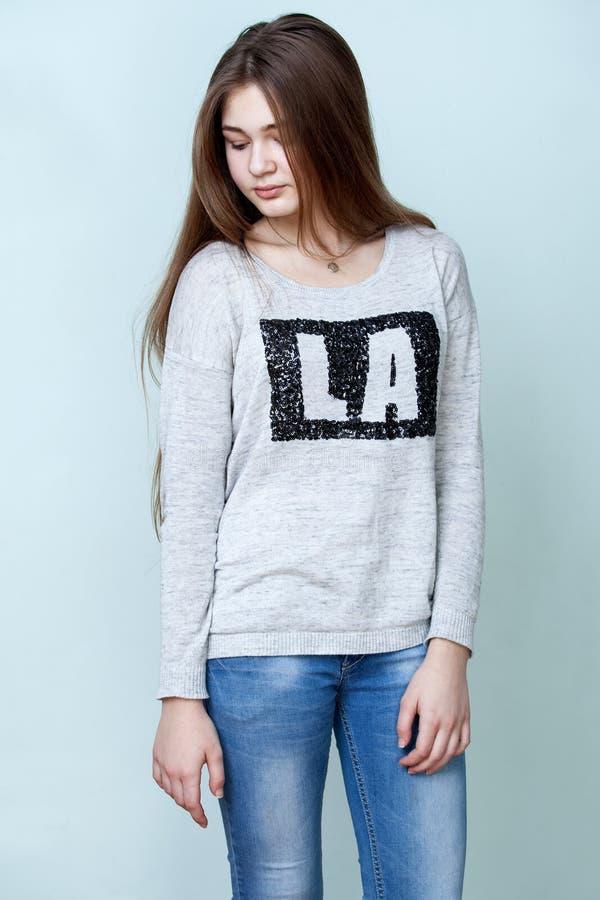 De tiener van Nice in grijze overhemd en jeans stock foto's