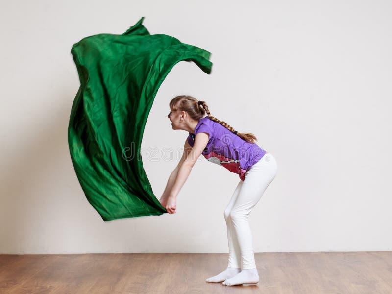 De tiener windt van de vlag bij de gymnastiek royalty-vrije stock afbeelding
