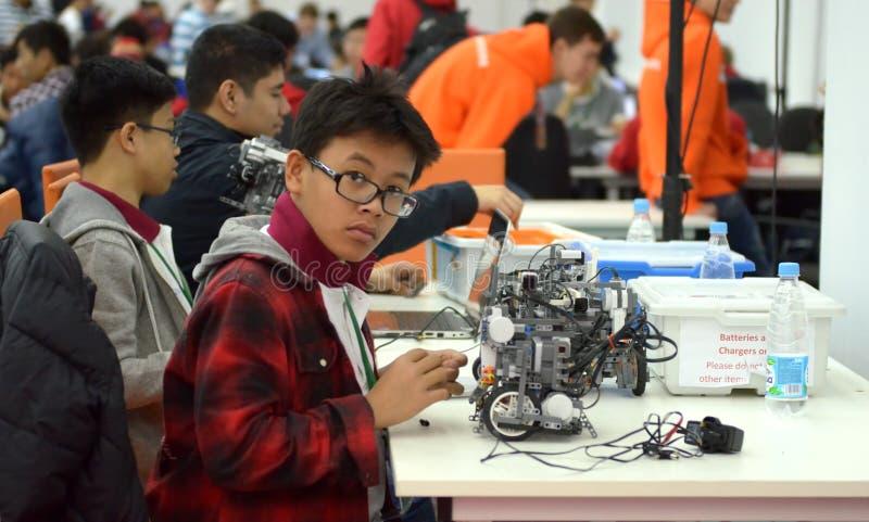 De tienerjaren van Taiwan maken een robot bij de robotolympiade stock afbeeldingen