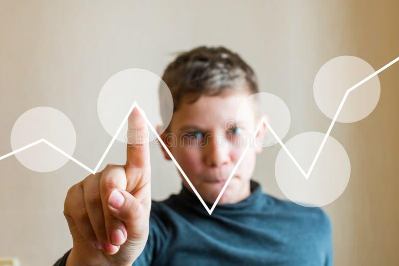 De tienerjongen toont zijn vinger bij het denkbeeldig scherm royalty-vrije stock fotografie