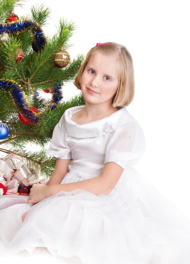 De tienermeisje van de blonde onder de Kerstboom royalty-vrije stock foto