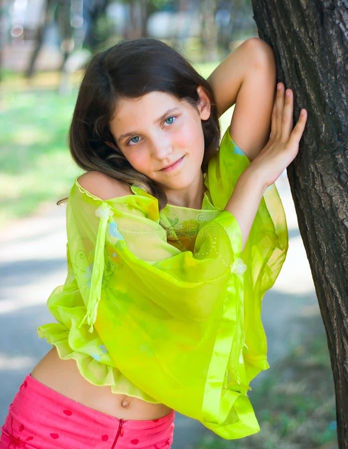 De tienermeisje van de schoonheid op aard stock fotografie