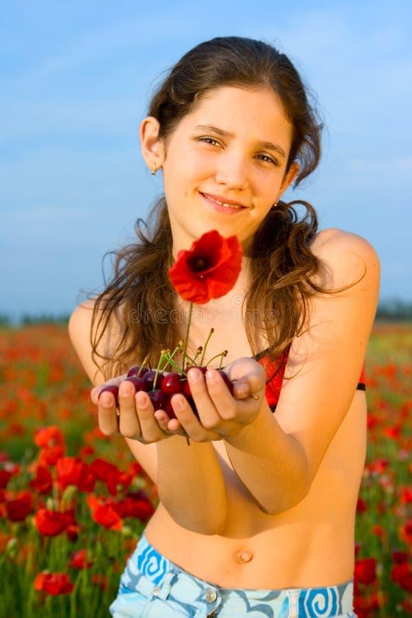 De tienermeisje van het portret met papaver royalty-vrije stock fotografie