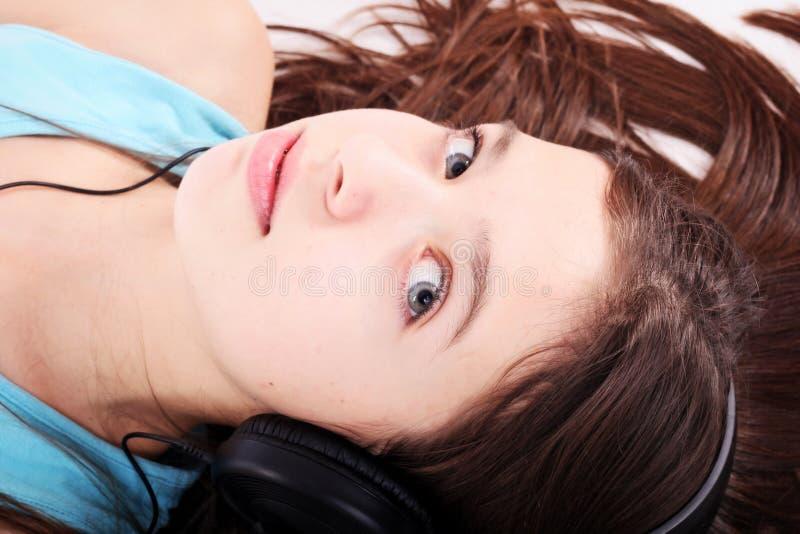 De tienermeisje van Nice met hoofdtelefoons stock foto