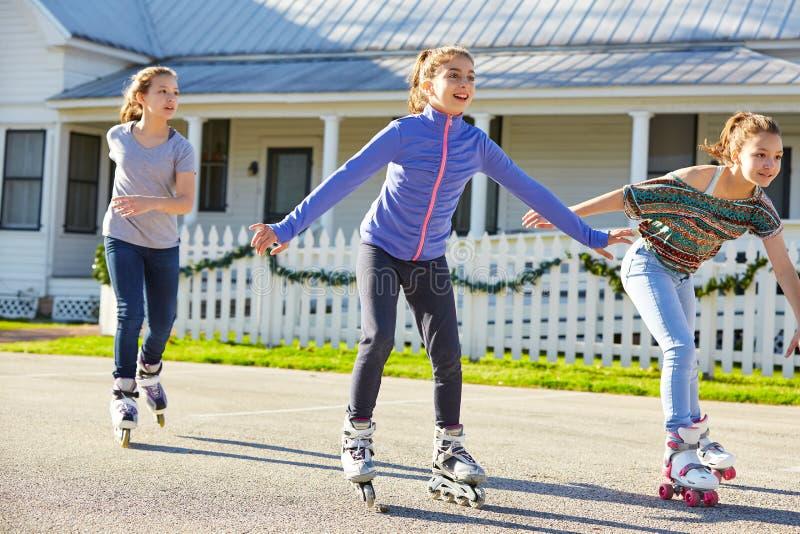 De tienermeisjes groeperen het rollen vleet in de straat royalty-vrije stock afbeelding