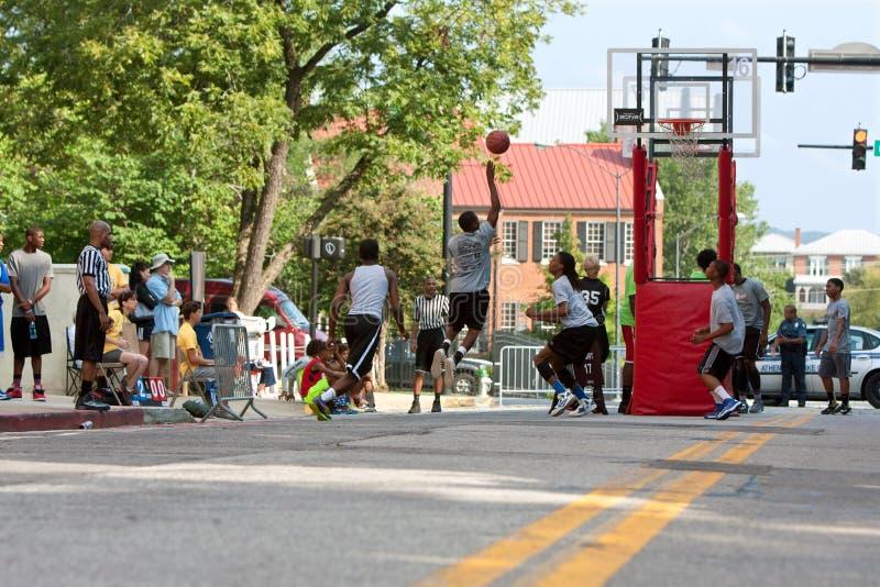 De tieners concurreren in Asphalt Basketball Tournament On City-Straat royalty-vrije stock afbeeldingen