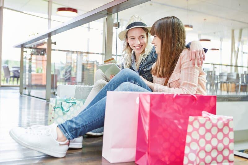 De tieners doen het winkelen online bij kleinhandel stock fotografie