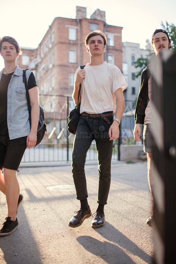 De tieners hangen uit de stedelijke vrije tijd van de de jeugdstijl stock afbeelding
