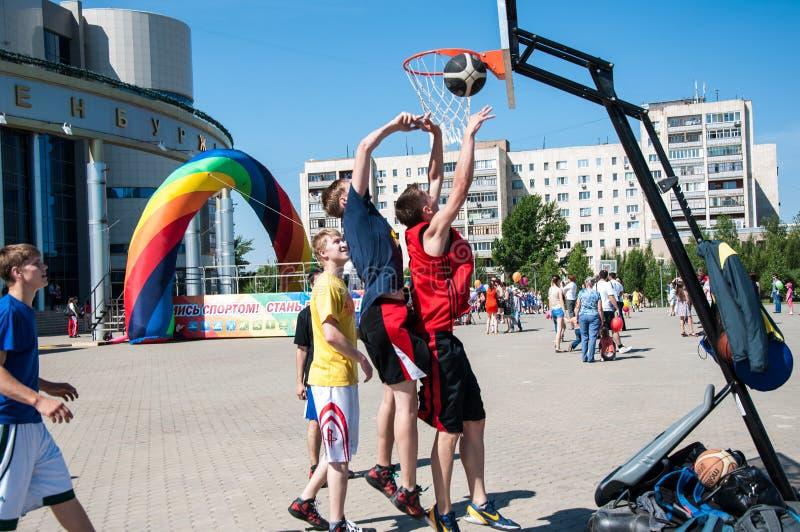 De tieners spelen basketbal royalty-vrije stock afbeeldingen