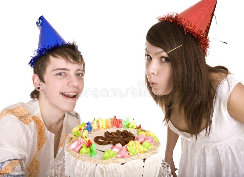 De tieners van de groep vieren gelukkige verjaardag. stock foto