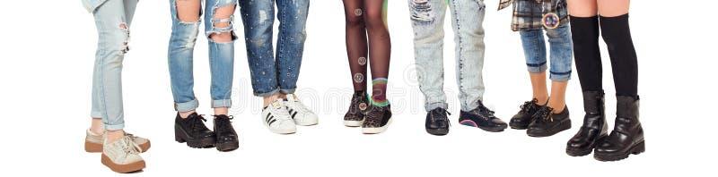 De tienersmeisjes hebben pret samen met bel Modieuze die tienerjarenbenen op wit worden geïsoleerd Verjaardagspartij met bel Groe royalty-vrije stock fotografie