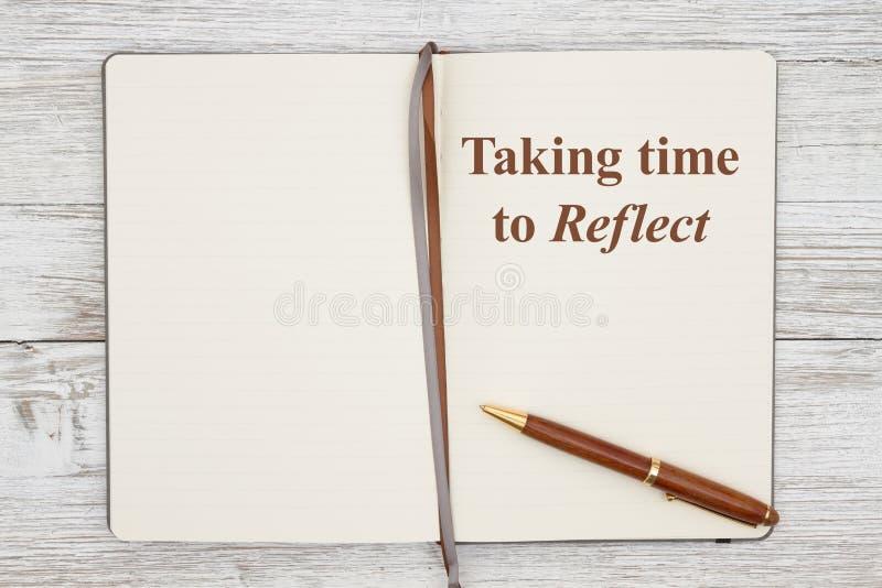 De tijd die nodig is om na te denken over bruin dagboek met pen op een weerswitwashout stock fotografie